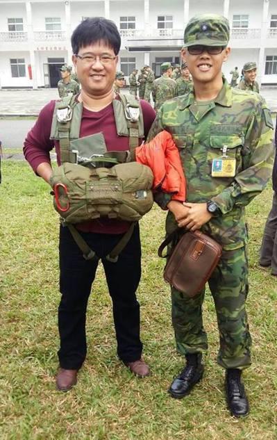 上兵秦良丰(右)與父親。 圖/取自秦良丰父親臉書