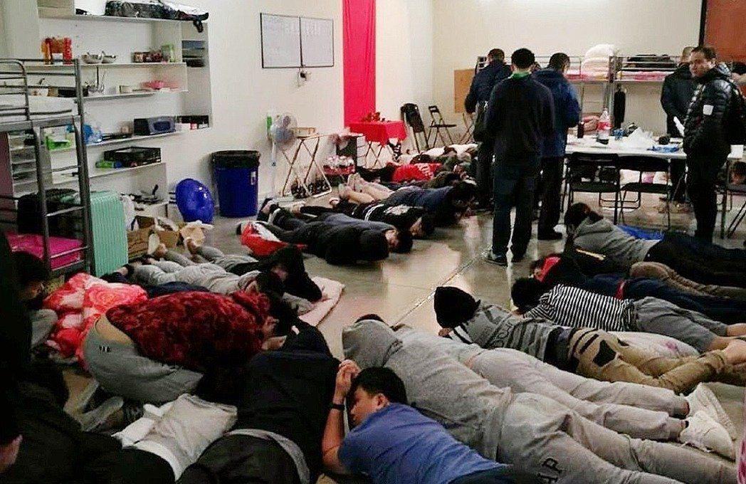 西班牙再度同意,引渡第二批台籍詐騙犯至大陸。圖為去年西班牙警方查獲犯罪機房的畫面...