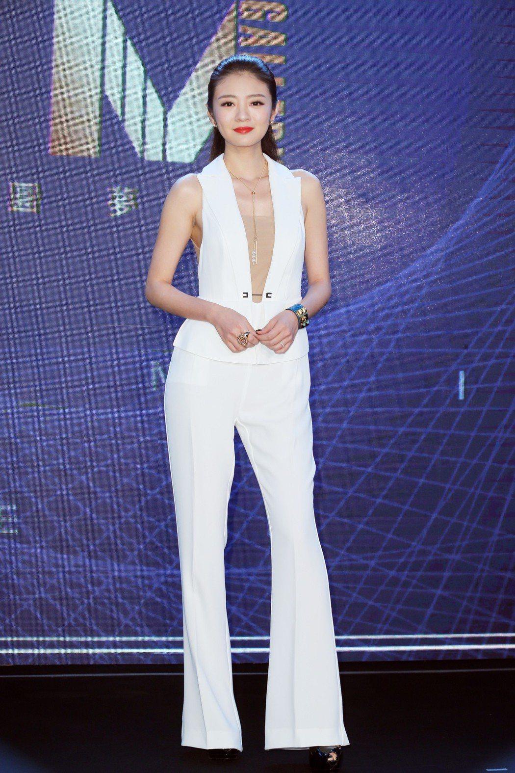 安以軒身穿一襲白色褲裝出席車商開幕活動。記者徐兆玄/攝影