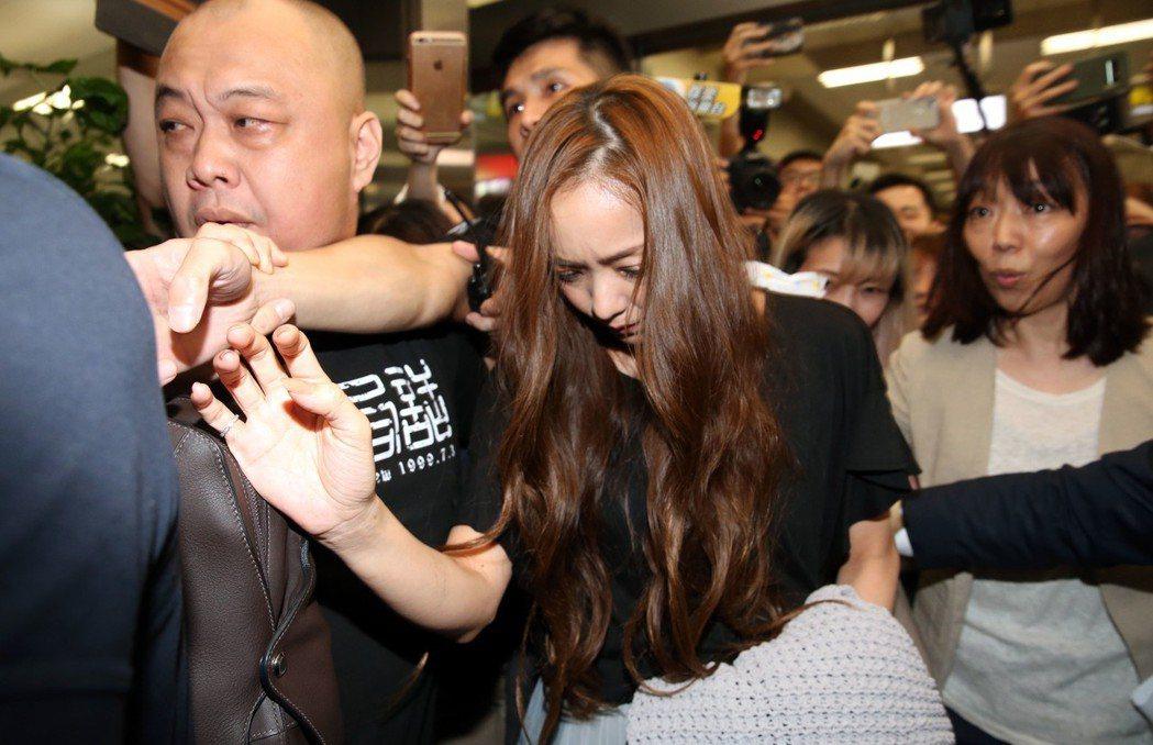 安室奈美惠晚上由台北松山機場入境,大批媒體粉絲守候迎接。記者林俊良/攝影