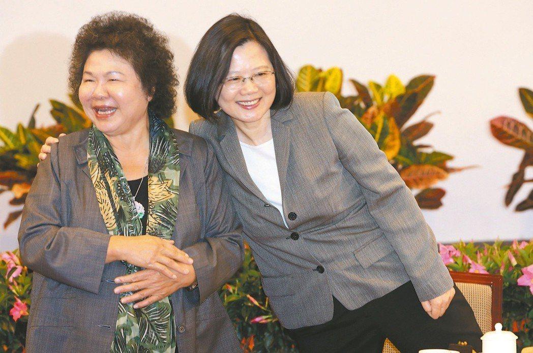 蔡英文(右)與陳菊。圖/聯合報系資料照片