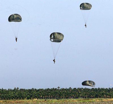傘兵跳傘是高風險任務,靠的是一個口令、一個動作嚴格訓練。 圖/聯合報系資料照片