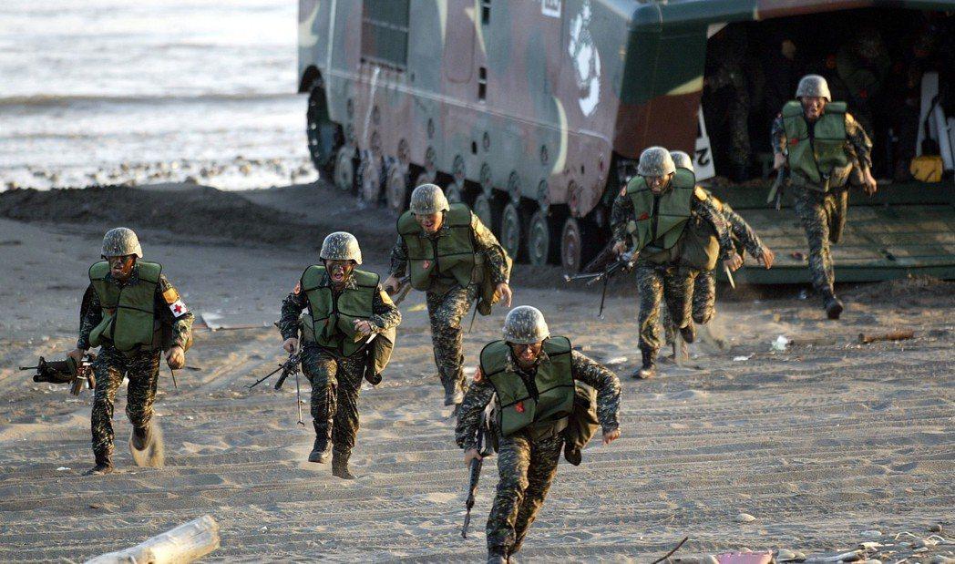海軍陸戰隊的兩棲登陸戰車(LVT),曾在演訓時引擎熄火大量進水,發生22名官兵溺...