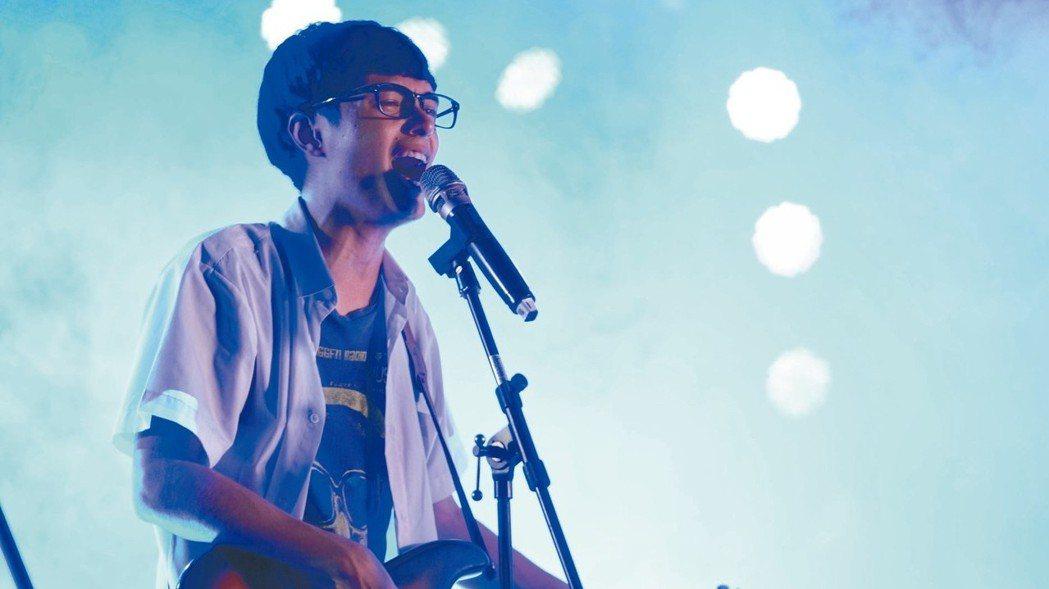 華南銀品牌形象微電影《追夢少年人》(圖)透過熱愛彈吉他的高中生與樂器行老闆的對話...