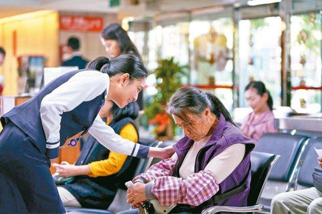 華南銀品牌形象微電影《第三十張希望》(圖)敘述單親家長林媽媽辛苦工作賺錢,為了把...