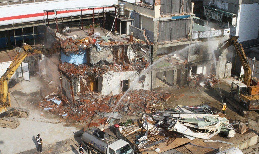 台北市政府出動怪手,執行強制拆除士林「文林苑」都更案2戶釘子戶拆遷。 報系資料照