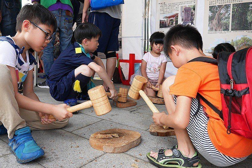 樹皮布製作體驗。 十三行博物館/提供