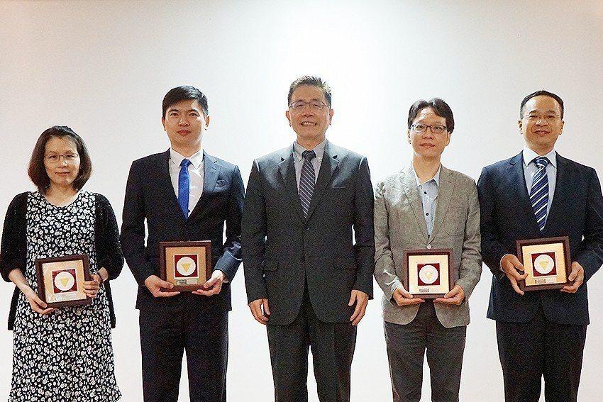 頒發首屆「羅家倫校長年輕傑出研究獎」,中央大學物理學系副教授余欣珊(左起)、電機...