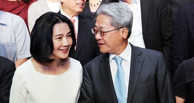 台新金控董事長吳東亮(右)與太太彭雪芬(左)。 報系資料照