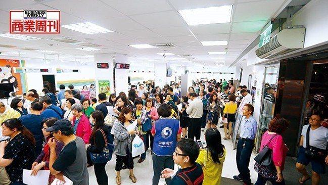 電信3雄「499之亂」引發排隊潮,成了全民運動,光中華電信就吸引近百萬用戶參與。...