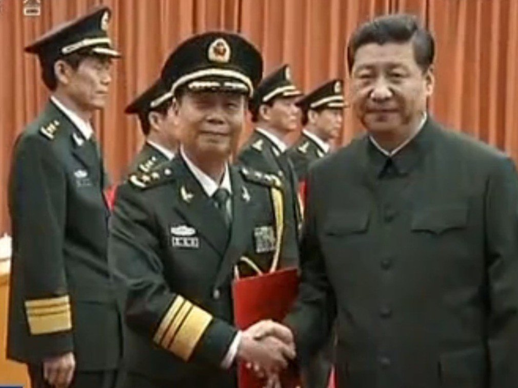 解放軍前副總參謀長、軍事科學院前院長蔡英挺(左),已從第二級官銜降為第十級。據港...