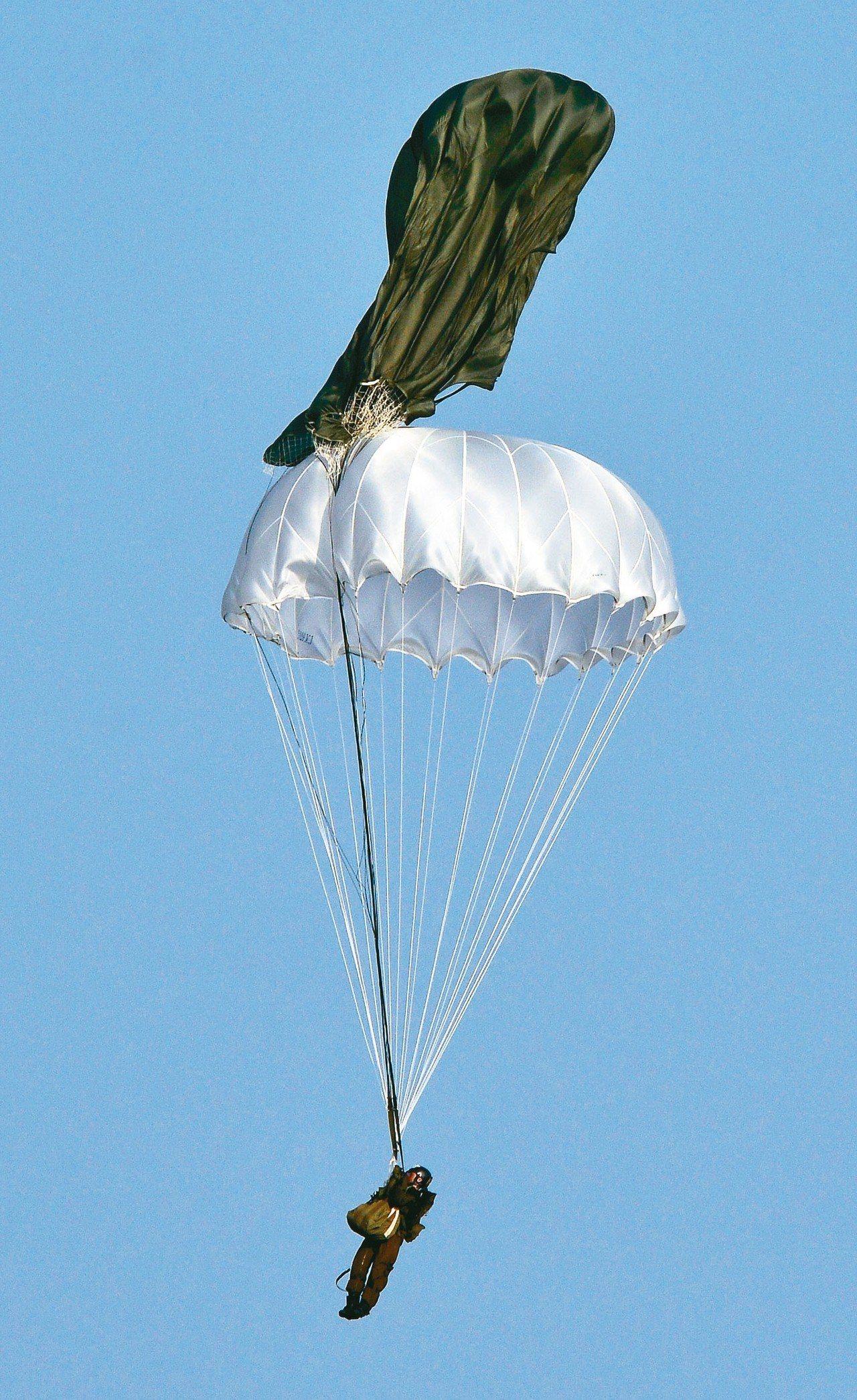 傘兵跳傘風險高,2014年漢光演習一名傘兵跳出時發生主傘未開的驚險狀況,所幸他立...
