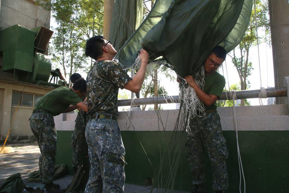 一場演習演練空降課目是否成功,陸軍航特部空訓中心勤務營的「保傘連」是幕後關鍵,國...