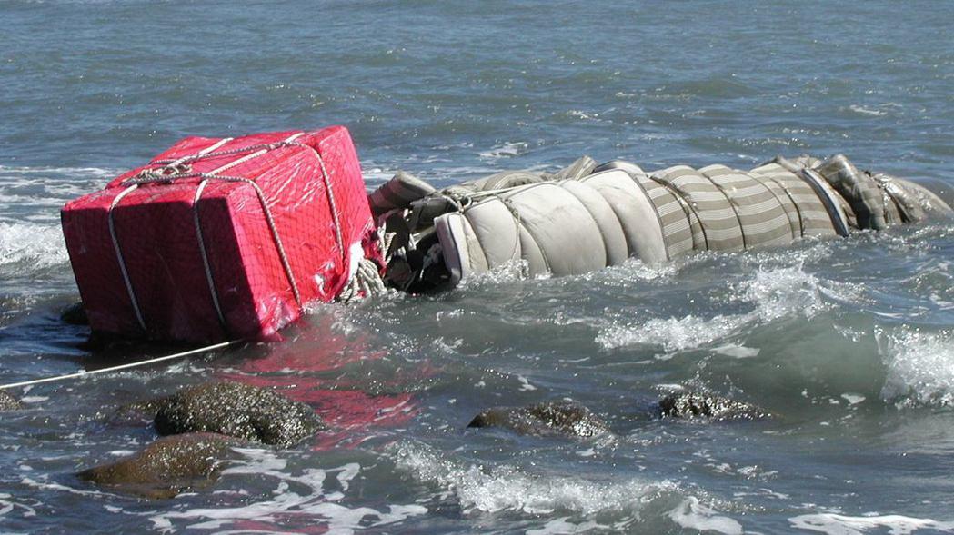 宜蘭五結鄉海邊在漢光19號演習後出現一枚未爆魚雷,海軍人員擔心魚雷碰觸海灘石頭爆...