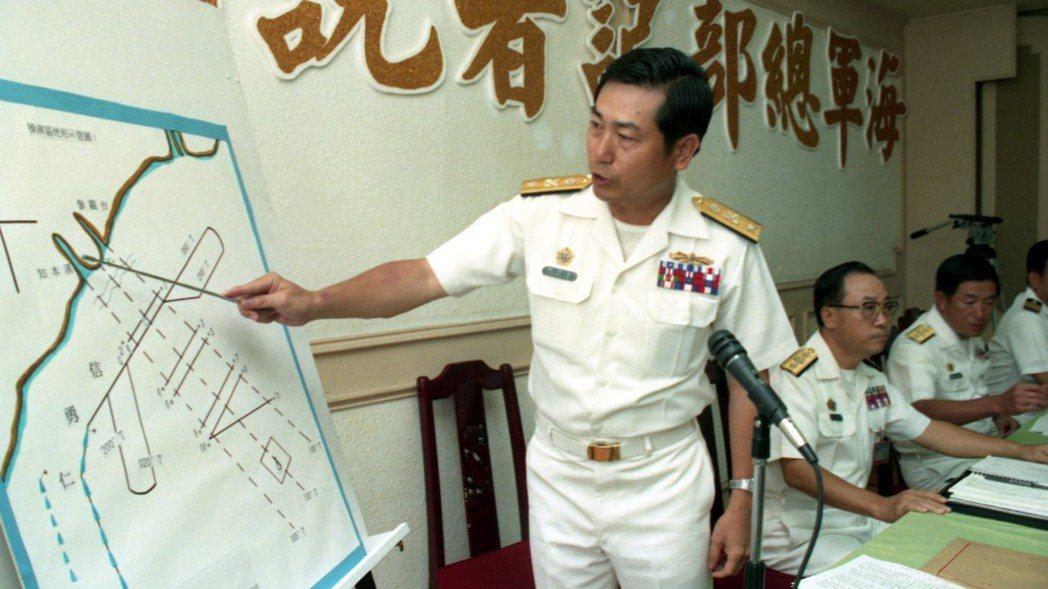 海軍總部召開記者會,向外界說明金鷹公司拖靶機是遭成功艦的方陣快砲「誤擊」意外。圖...