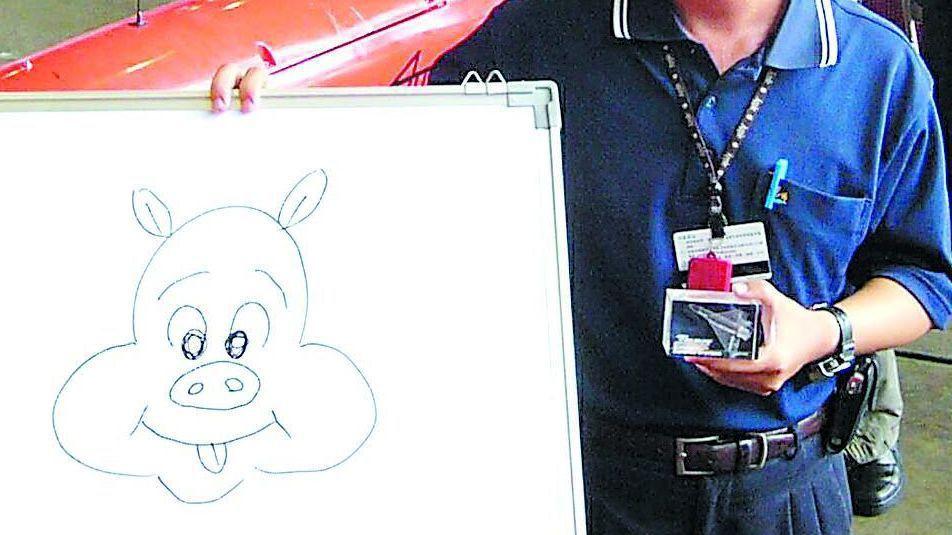 在靶機機翼上畫扁字和豬頭圖樣的漢翔公司技術員澄清,並當場另繪一個豬頭,表示因女兒...