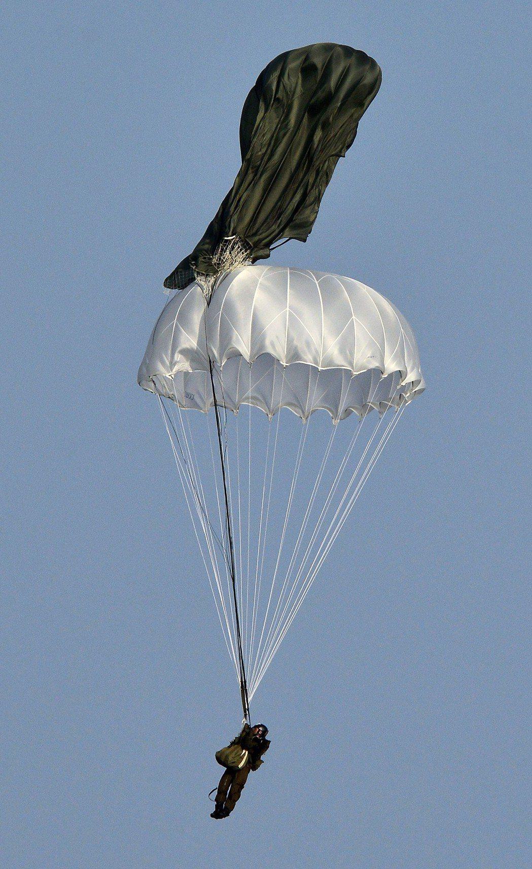 漢光30號演習跳傘空降演練,其中有一名傘兵跳出時發生主傘未開的驚險狀況,所幸傘兵...