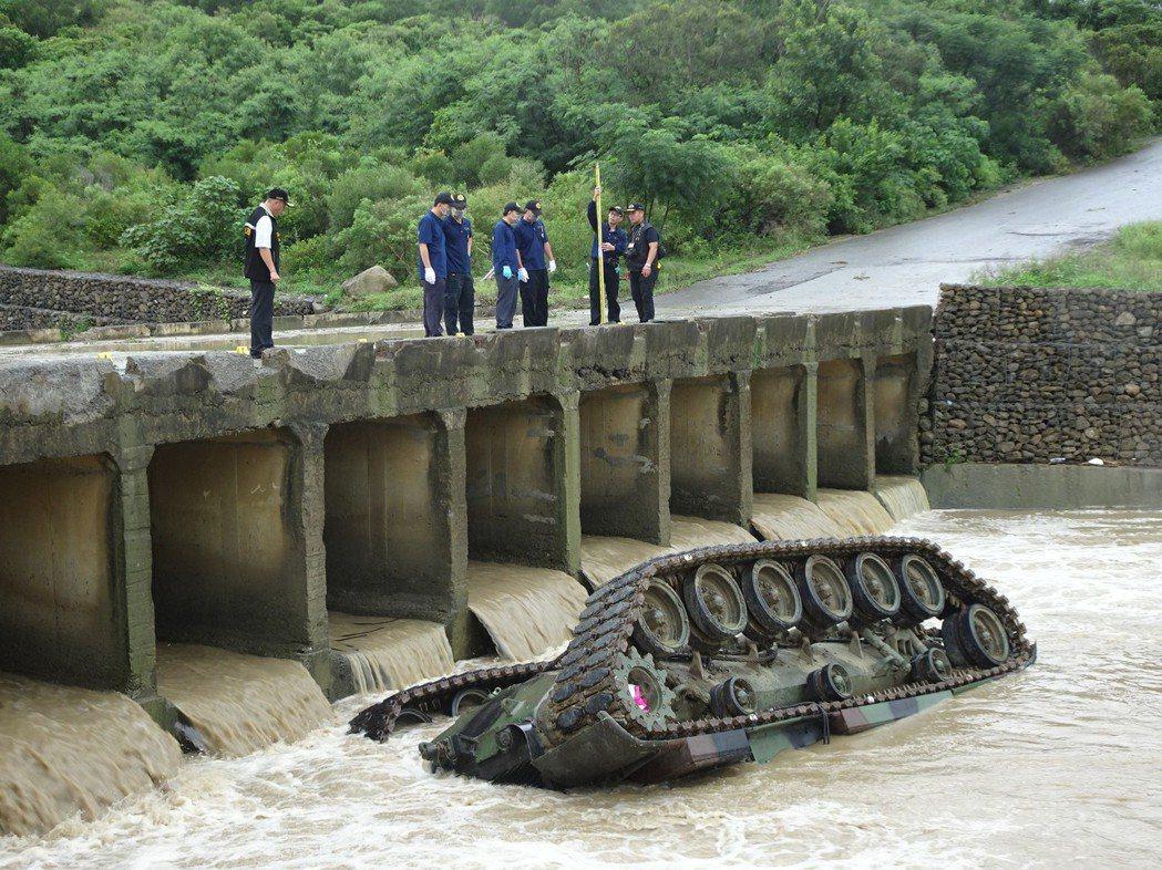 戰車翻覆現場。圖/聯合報系資料照片