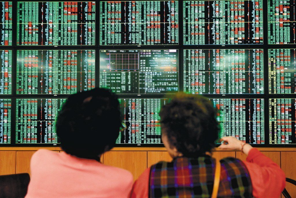 投顧表示,台股今(18)日屬於價穩量縮格局,在守穩季線下,後續仍有機會向上攻高。...