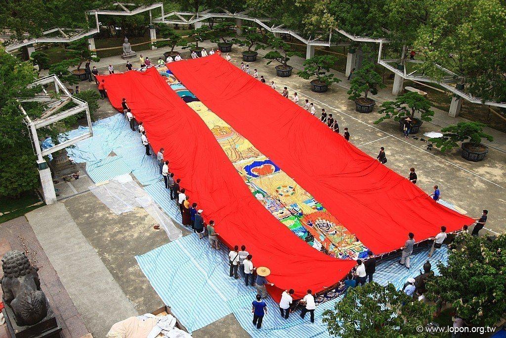 圖為2015年台灣噶瑪噶居寺於展場曬大佛照片。擷自台灣噶瑪噶居寺臉書