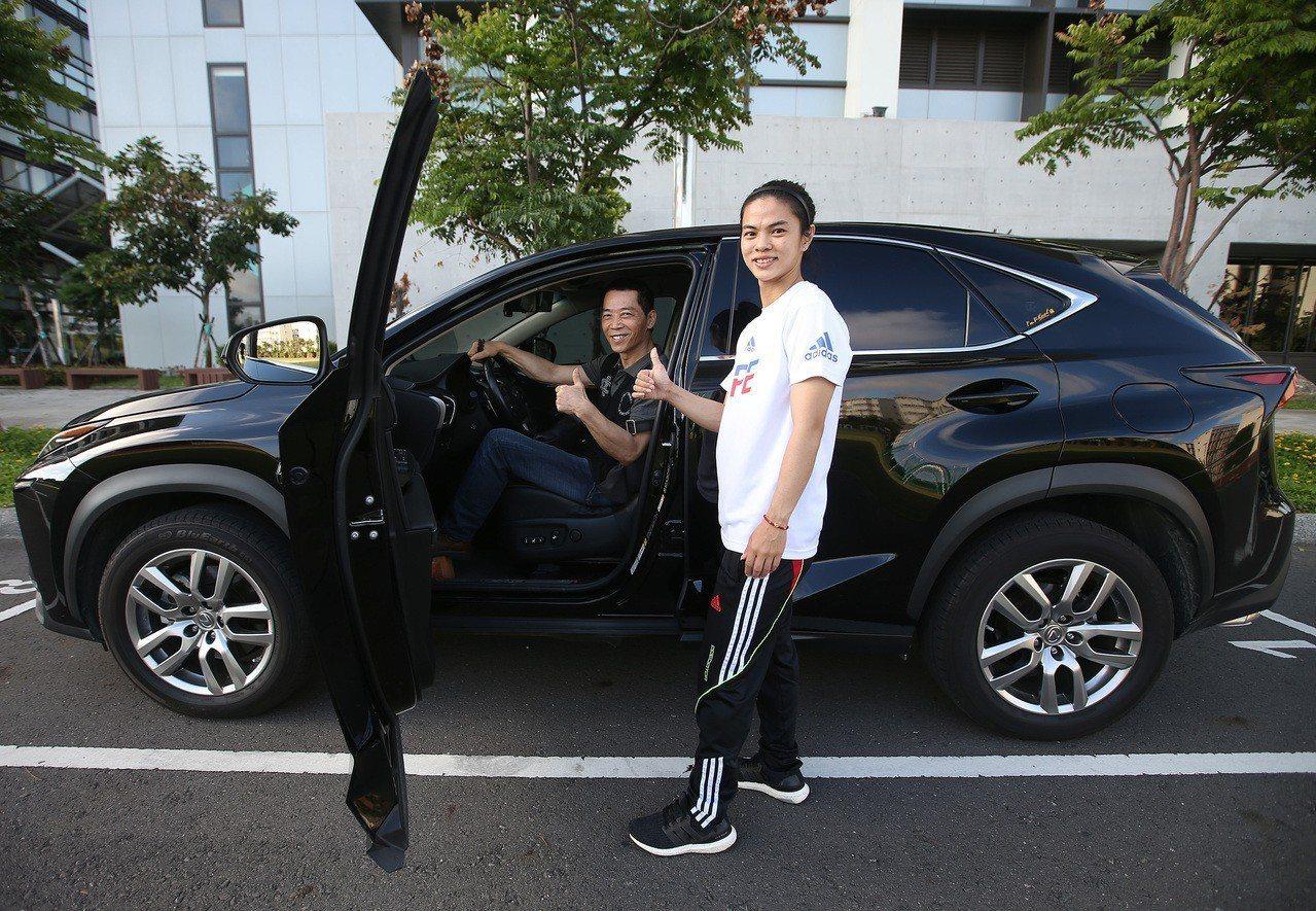 奧運舉重雙金女將許淑淨(右),為感謝恩師蔡溫義(左)多年來指導,贈送教練一台價值...
