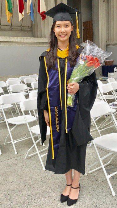 葉采衢作為畢業生代表在柏克萊加大工程學院碩士生畢業典禮上發言。記者黃少華/攝影