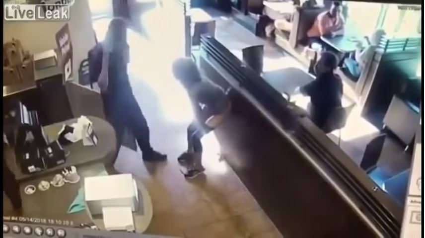 一名加拿大女子在快餐店當場拉屎。圖擷自LiveLeak