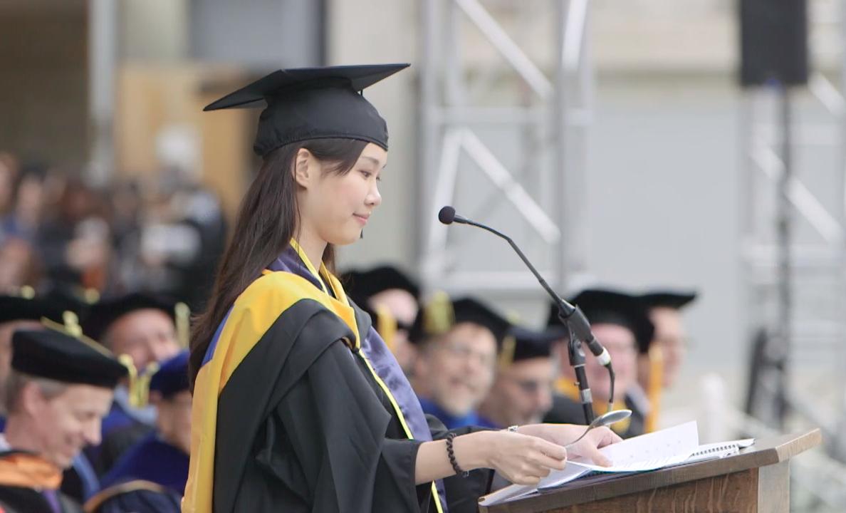 圖擷取自柏克萊加大工學院研究所的畢業典禮影片30:40