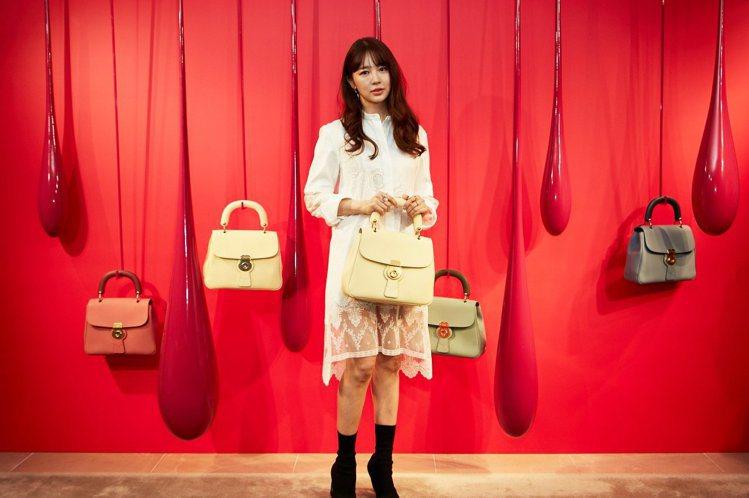 尹恩惠即使抄襲醜聞纏身,時尚品牌對她的青睞依舊不減。圖/BURBERRY提供