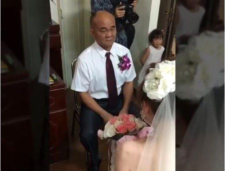 高雄一位爸爸在女兒出嫁拜別時,一邊拭淚一邊向女婿交代「如果有一天你不愛她了,跟我...