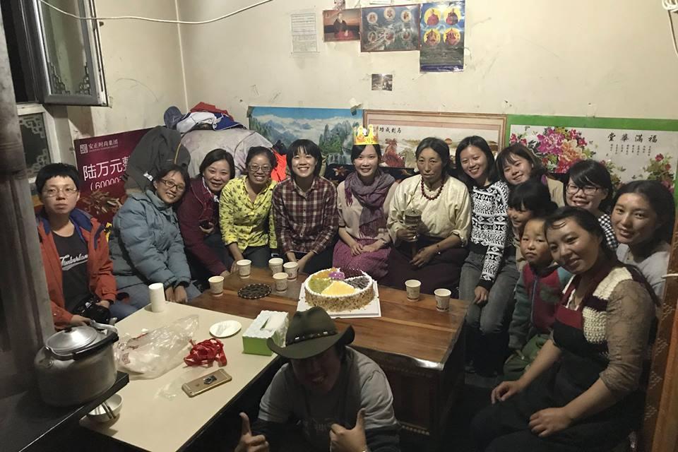 葉采衢在青藏高原與當地人一起過生日。圖片來源/截自臉書