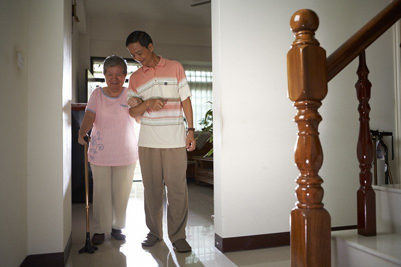 家中長輩還能走,善用復健褲如廁復健,維持生活基本的自理能力。 圖/來復易 提供