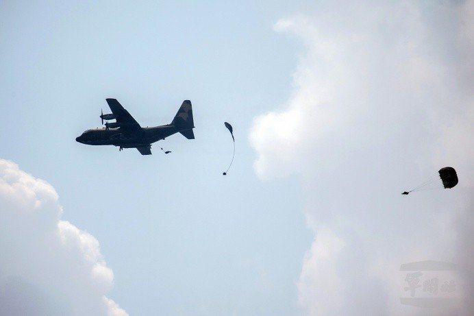 跳傘為什麼沒打開? 前保傘連士兵一句話令人心酸