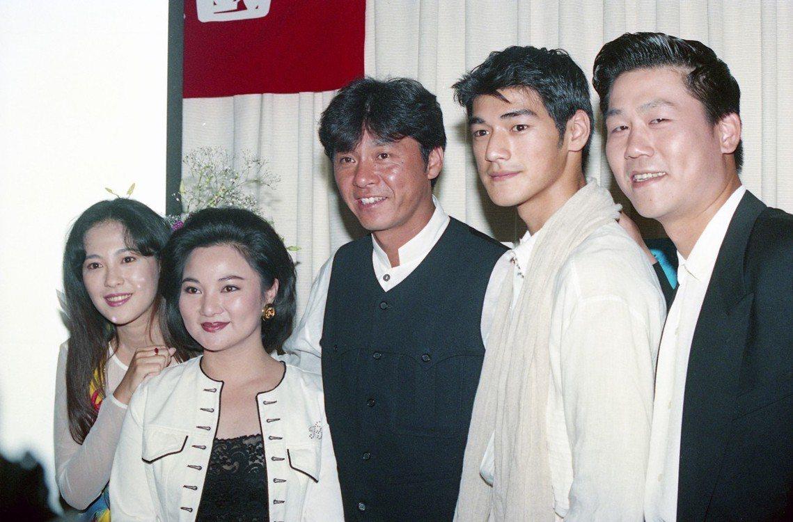 1994年西城秀樹來台訪問,圖由左至右為況明潔、白冰冰、西城秀樹、金城武、羅時豐...