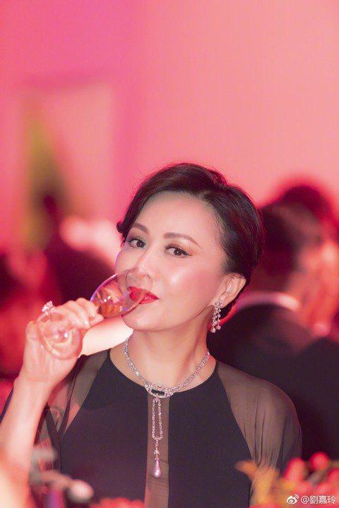 52歲劉嘉玲儘管與梁朝偉結婚已10年,仍舊保有優雅形象。喜愛品酒的她17在微博曝光一組照片,照片中的她優雅地喝著香檳,甚至還曝光手裡的超大戒指,仙氣玉手還意外曝光,許多網友還大讚她的手「好高貴」、「...