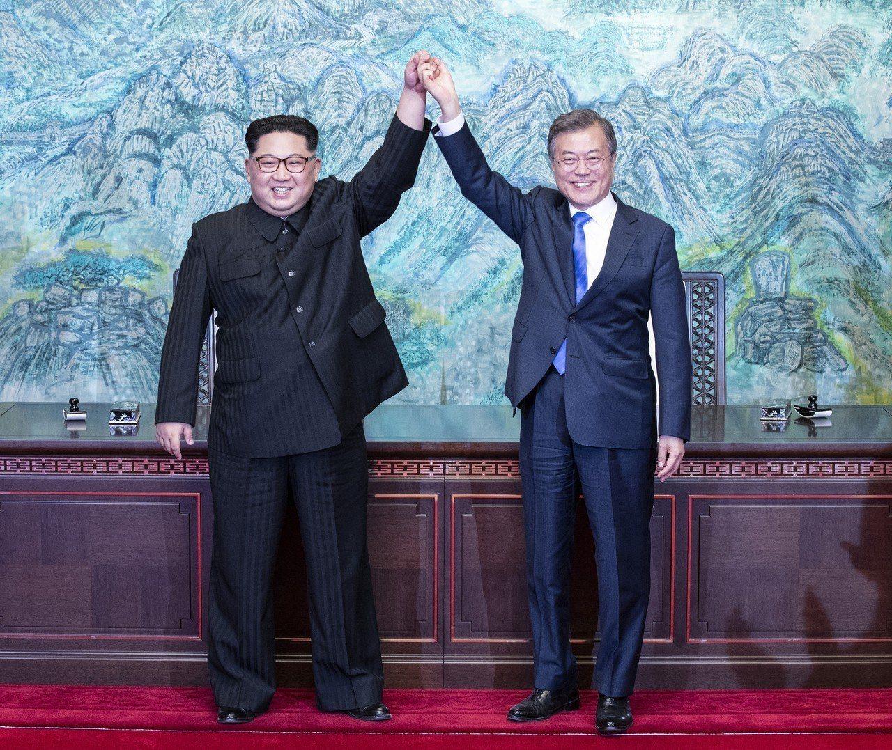 兩韓峰會27日登場,並取得重大成果,南韓總統文在寅(右)與北韓領導人金正恩(左)...