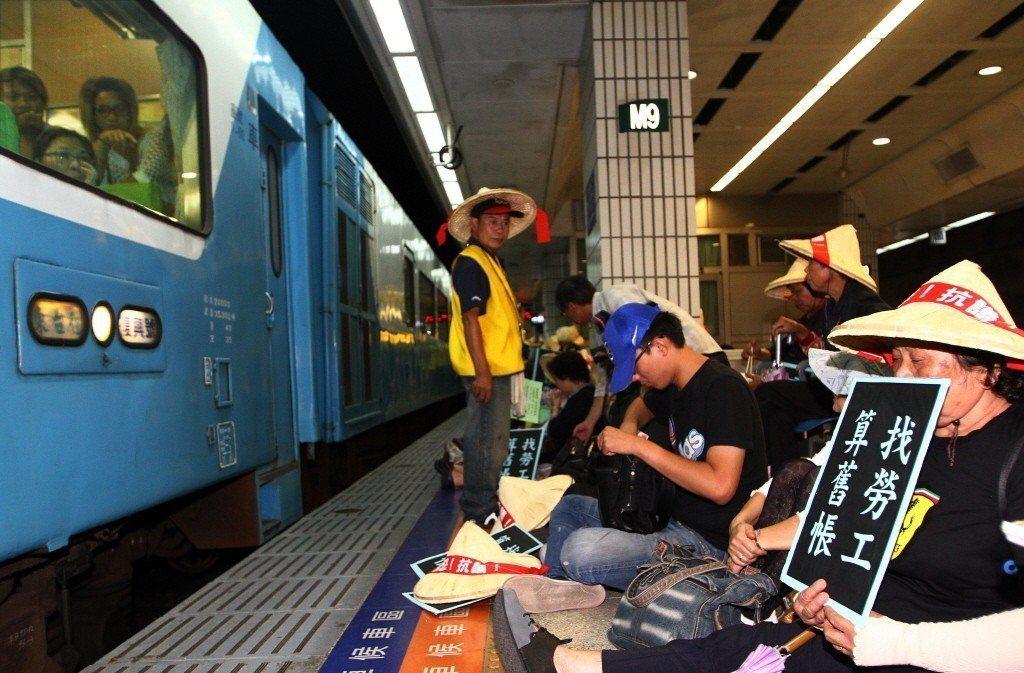 圖為2012年關廠工人前往台北火車站抗議馬英九政府所提出的代位求償。 圖/聯合報...