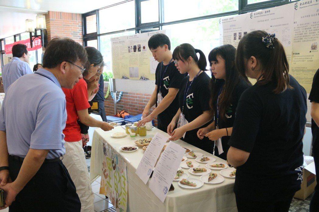 食科系舉辦食科祭活動,用木耳製作產品,吸引師生前往嘗鮮 弘光科大/提供。