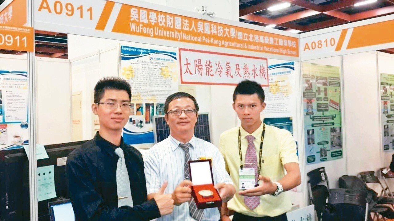 104年技職之光王家慶(右1)。圖/吳鳳科技大學提供