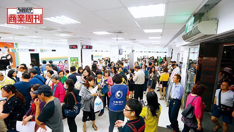 電信3雄「499之亂」引發排隊潮,成了全民運動,光中華電信就吸引近百萬用戶參與。