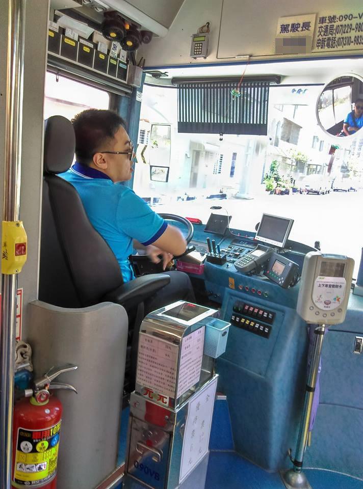 有女乘客搭公車時看到一位婆婆下錯站很緊張,司機溫柔安撫,讓目睹的乘客覺得很感動。...