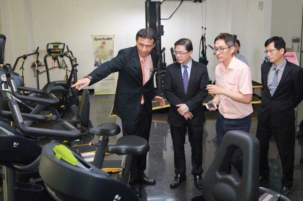 市長李孟諺(左二)、在力伽實業董事長郭海濱(左一)親自陪同解說下,參觀綠能健身器...