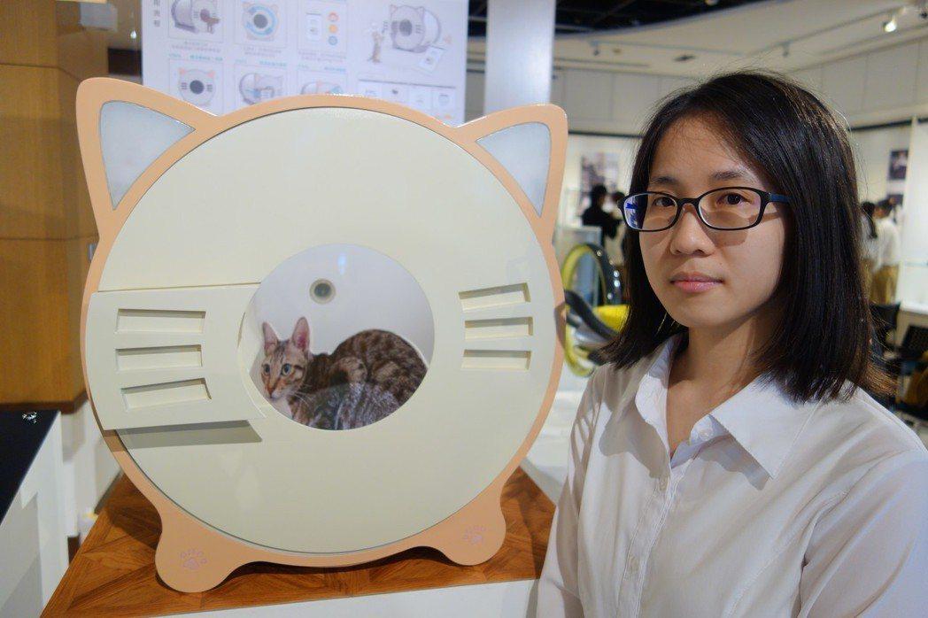 工設系四年級林藝芯設計的物聯網貓咪「litter out」,可自動清便、針測貓咪...