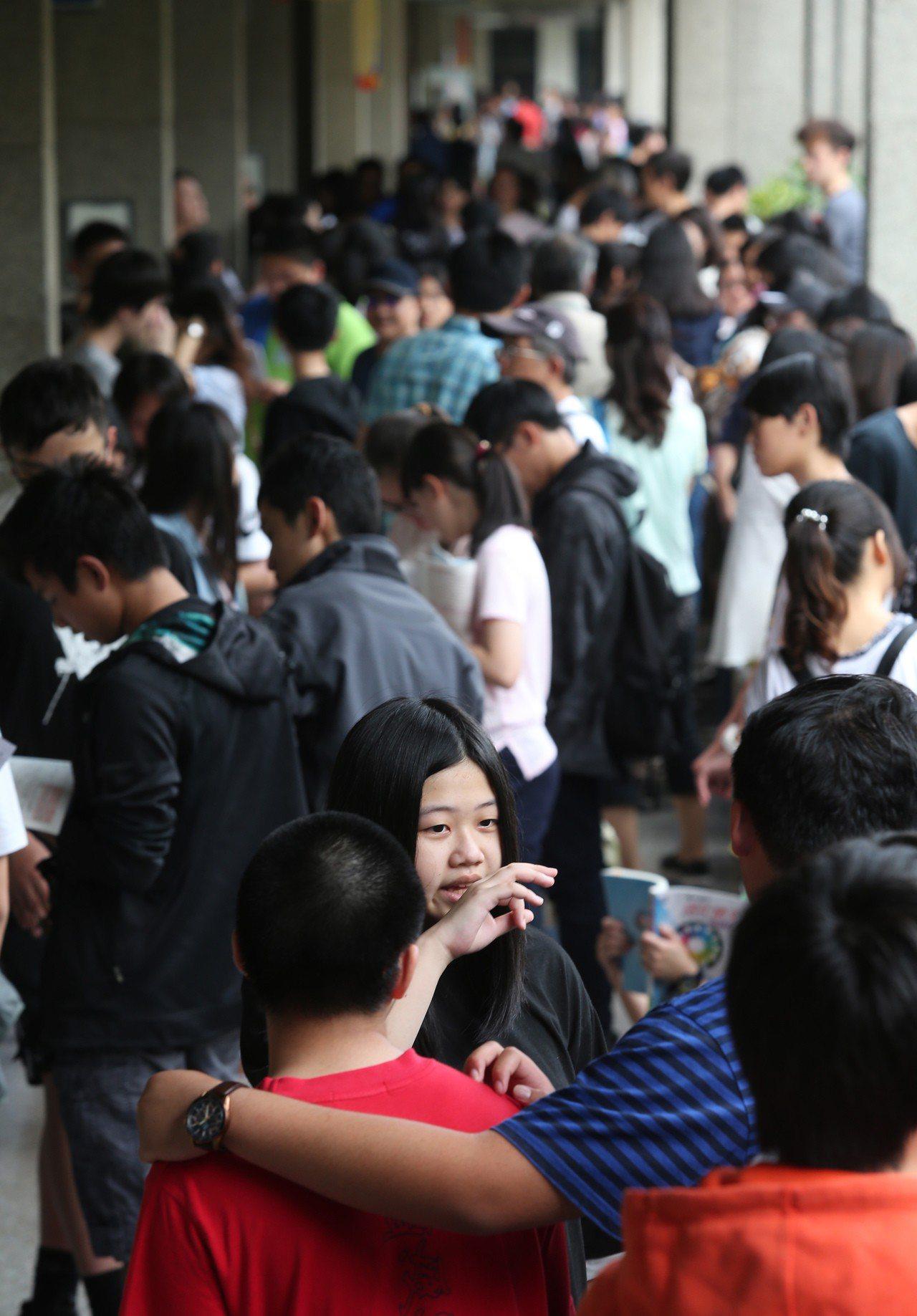 107年國中教育會考昨天登場,全國23萬考生分別於19考區、219個考場應試。記...