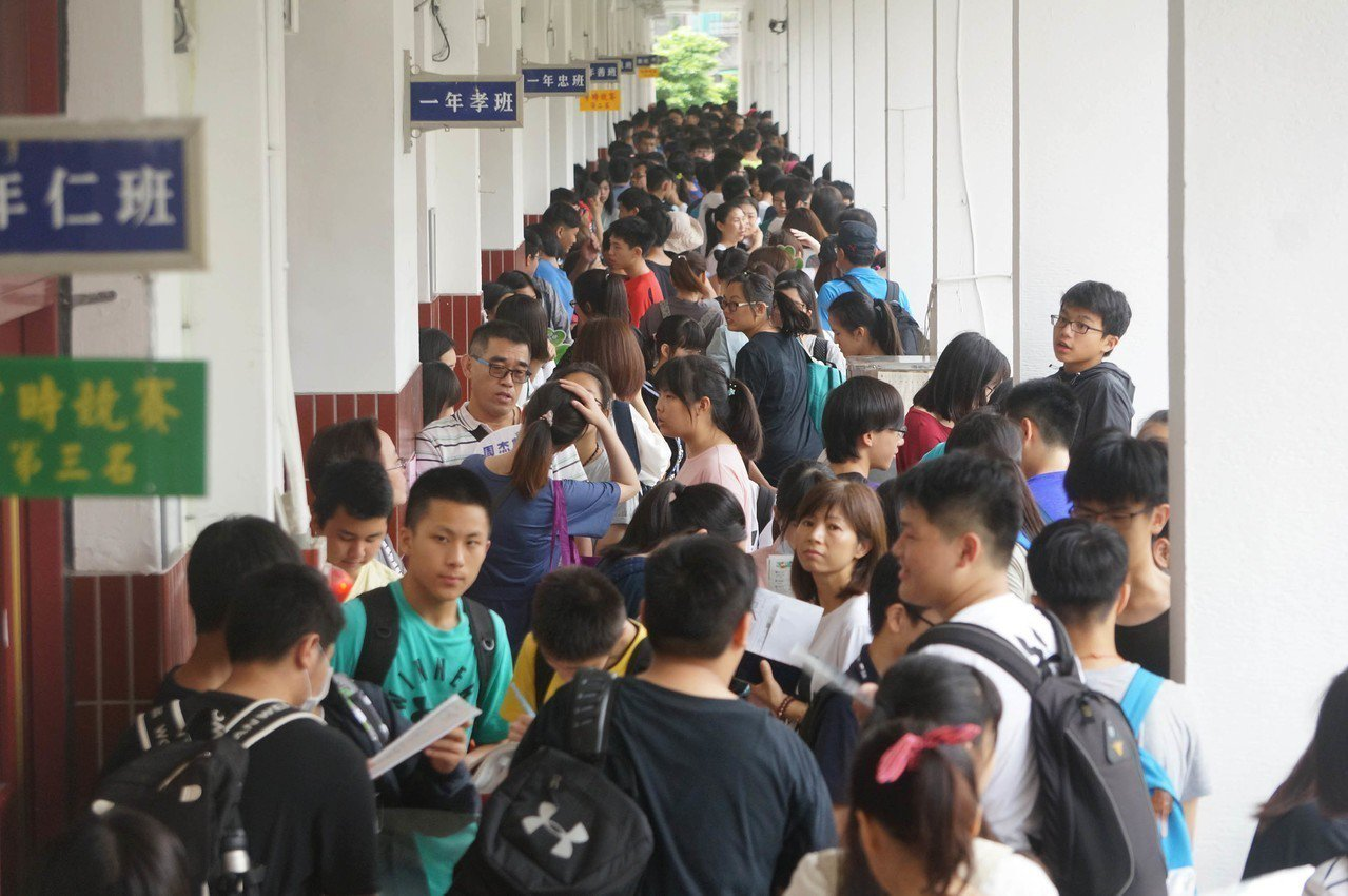 107年國中教育會考19日登場,首日考社會、數學、國文與寫作測驗。 中央社