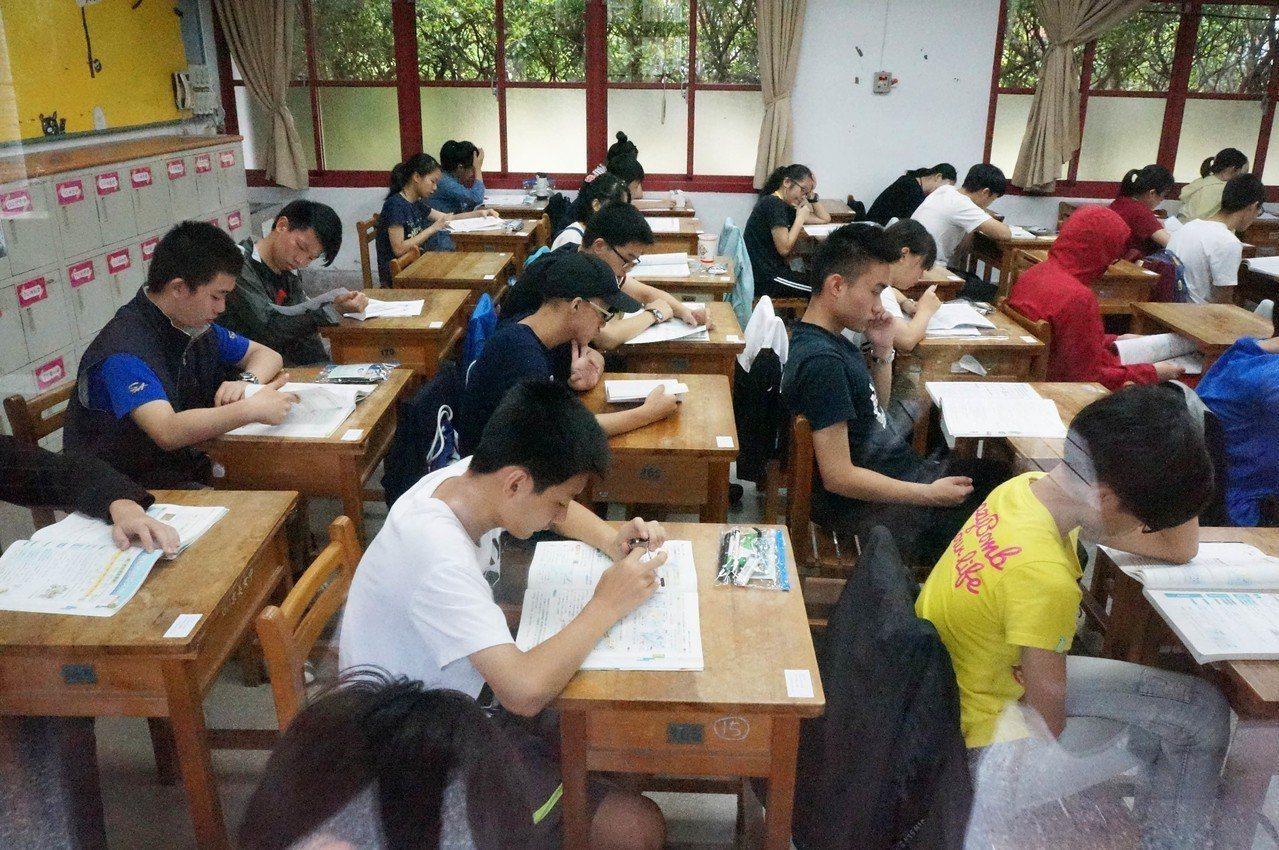 107年國中教育會考19日登場,共有23萬394名考生應試,第一天考社會、數學、...