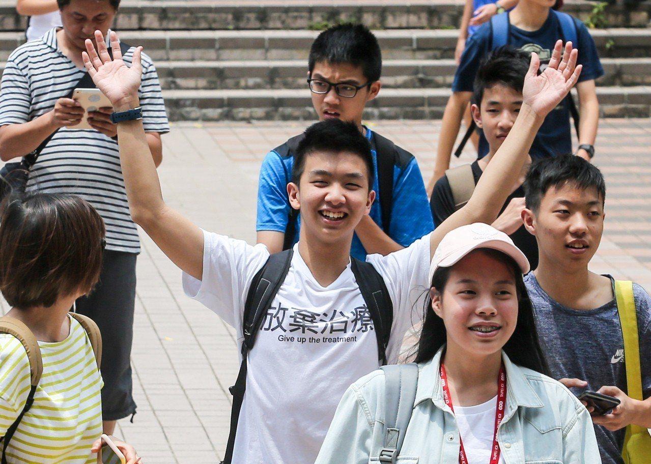 國中會考第二天,考生考完最後一科英文聽力測驗後步出考場,神情放鬆。記者鄭清元/攝...