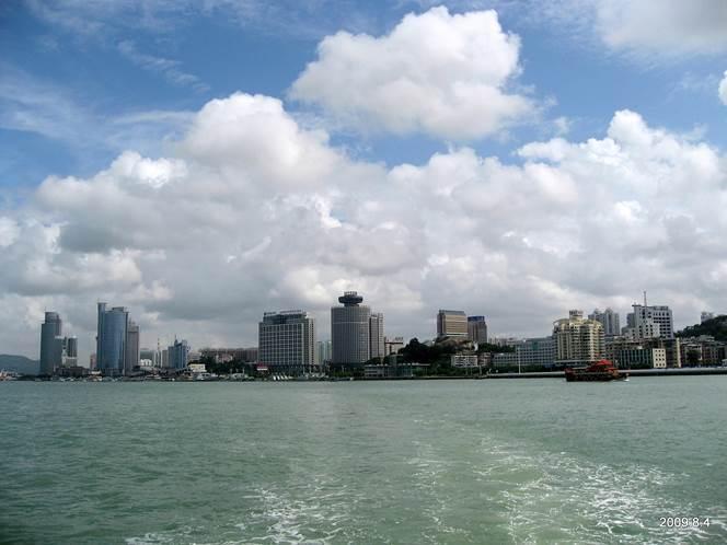 從厦門鼓浪嶼渡輪望對岸 (圖片來源:維基百科(Tiger@西北))