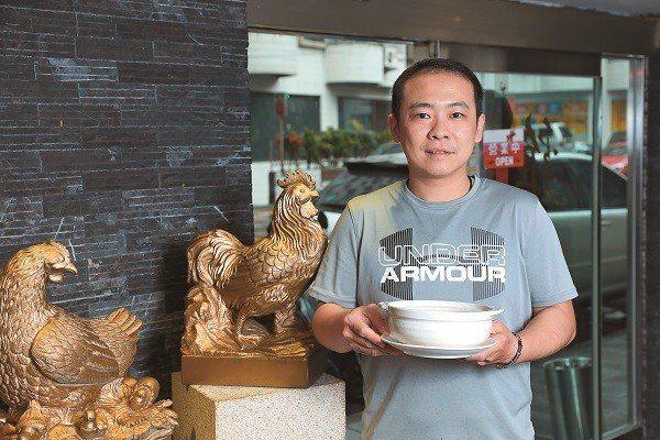 雞窩老闆蔡胤崨推薦鎮店招牌雞湯。(攝影/何宗昇)