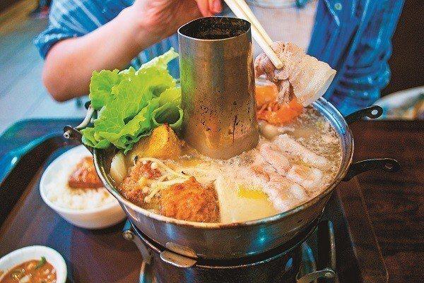 成家小館南門市場分店提供專屬個人的酸菜白肉鍋,不用再到處揪朋友。(攝影/范晏萍)